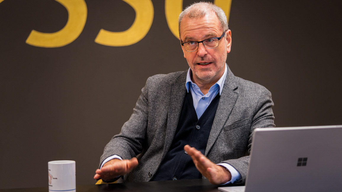 Jens Olesen Lund gesticulate